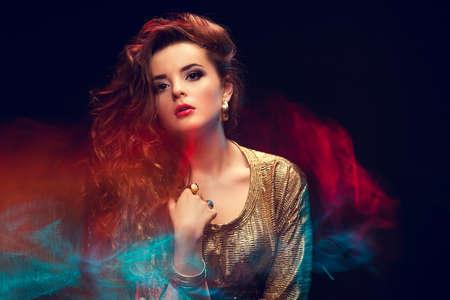 若い魅力的な女性の混合光ファッション肖像