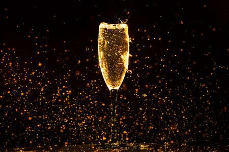 黒の背景上にガラスに注ぐシャンパン