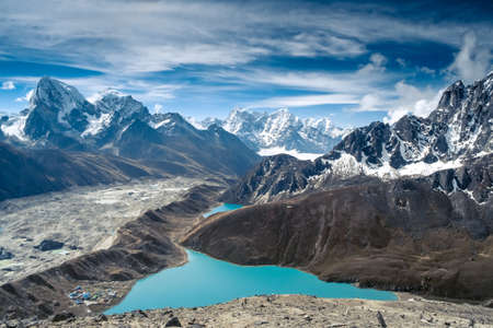 Beautiful snow-capped mountains with lake against the blue sky  Himalaya, Nepal Standard-Bild
