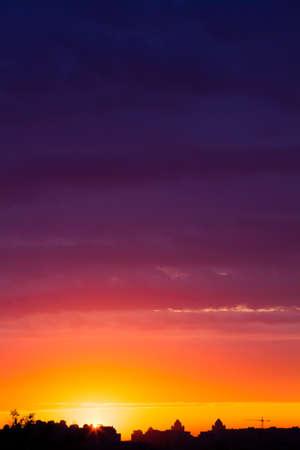 Temprano por la mañana la salida del sol de verano multicolor en Kiev, Ucrania Foto de archivo - 24901129