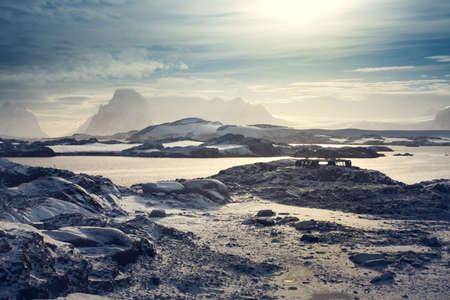 南極大陸の青空に美しい雪をかぶった山々