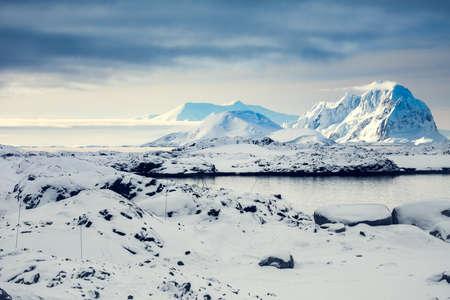 南極の青い空を背景の美しい雪をかぶった山々
