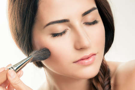mujer maquillandose: Que aplica maquillaje closeup cosm�tica Powder Brush Perfect Skin