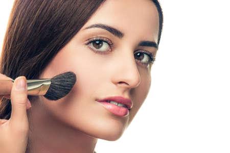 mujer maquillandose: Muchacha de la belleza con el cepillo del maquillaje. Piel Perfecta. Aplicaci�n de maquillaje