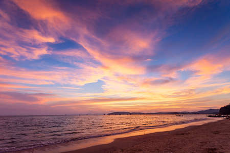 Coucher de soleil tropical sur la plage. Ao-Nang. Krabi. Thaïlande