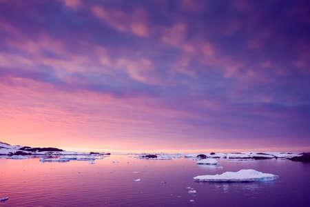 Summer  sunset in Antarctica.  Beautiful winter background. Zdjęcie Seryjne