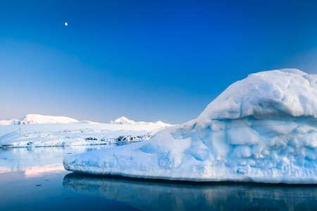 Glaciar Antártico en la nieve. Fondo hermoso invierno. Base de Investigación Vernadsky. Foto de archivo - 38756119