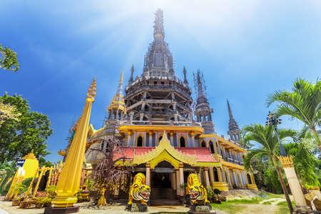 templo: Chedi en la Cueva-Templo del tigre, Krabi, sur de Tailandia Foto de archivo
