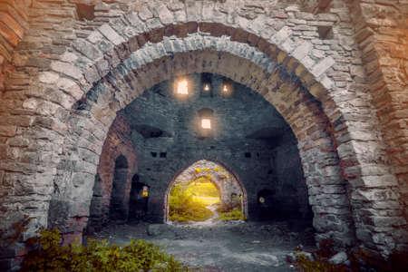 arcos de piedra: Paredes de piedra antiguas con arcos y ventanas