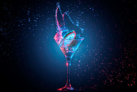 cocteles: Cóctel brillante con limón en vidrio y salpicaduras de agua sobre fondo oscuro