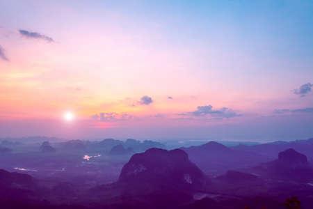 paesaggio: bel paesaggio con le montagne e le rocce sotto il cielo colorato nel tramonto in Thailandia Archivio Fotografico