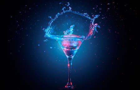 bebidas frias: Cóctel brillante con limón en vidrio y salpicaduras de agua sobre fondo oscuro