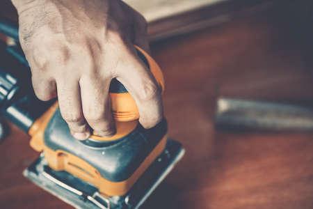 builder: carpintero masculino en el trabajo de cerca