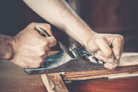 carpintero: carpintero masculino en el trabajo de cerca