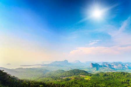 sol radiante: hermoso paisaje con verdes montañas y el cielo de colores bajo el sol en Tailandia