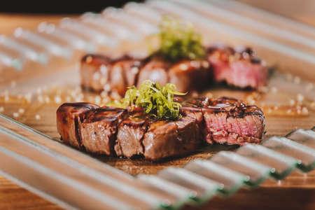 carne asada: Filetes a la plancha barbacoa con hierbas en la mesa de madera