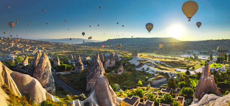 Hot air balloon flying over spectacular Cappadocia Imagens