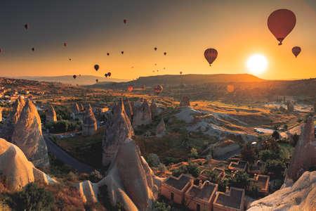 Hete luchtballon die over spectaculaire Cappadocia Stockfoto
