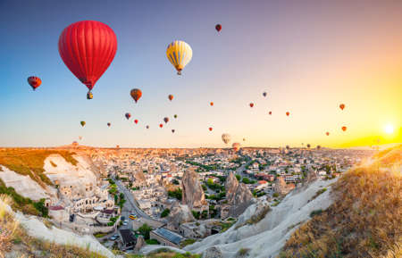 Hot air balloons flying over spectacular Cappadocia Foto de archivo