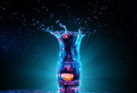 frescura: colorido cóctel en vidrio con salpicaduras y el limón en un fondo oscuro. entretenimiento parte del club. la mezcla de luz