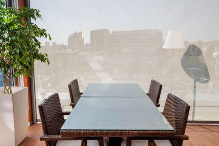レストランのインテリアのコンセプトです。市内を望むオープン エリアの部屋。会議、交渉、ロマンチックなディナー、ランチ、朝食、コーヒーブ