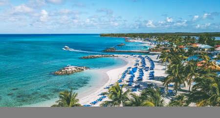 Lanzamiento de drone del paraíso tropical Princes Cays Island, Bahamas