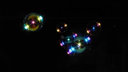 soap bubbles: Seifenblasen in der Nacht