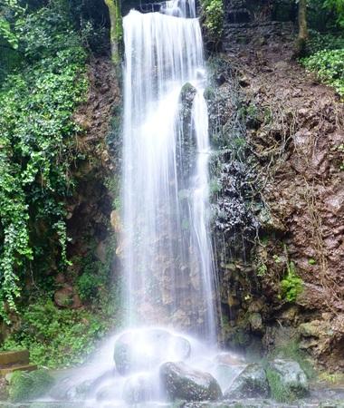 Wasserfall Standard-Bild - 62500243