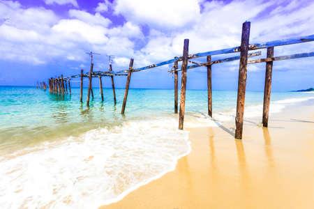 plage tropicale vieux pont, la mer d'Andaman, Thaïlande