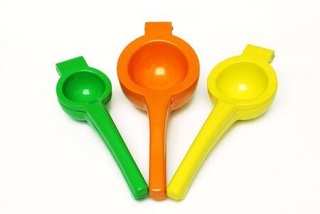 Lime, Arancio, Limone e squeezers su sfondo bianco