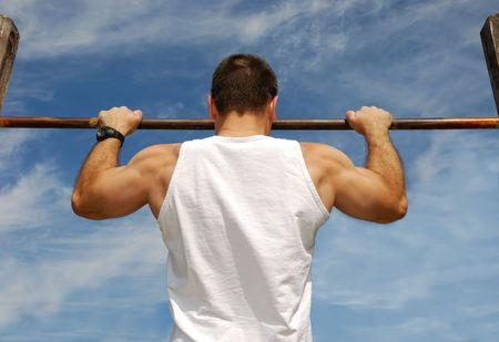 hombre fuerte: Llegar Objetivo: Hacer hombre fuerte PULL-UPS en un Bar en el Parque