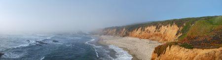 霧の土地に太平洋から来るカリフォルニア海岸。