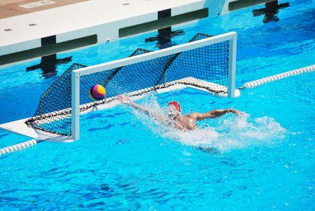 polo: Een waterpolo doelman mist de bal gaat in het net van het doel.