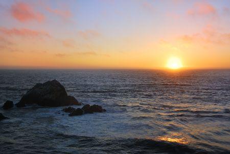 Coucher de soleil au-dessus du Pacifique, ondul?comme vu de l'Ocean Beach ?an Francisco, en Californie.
