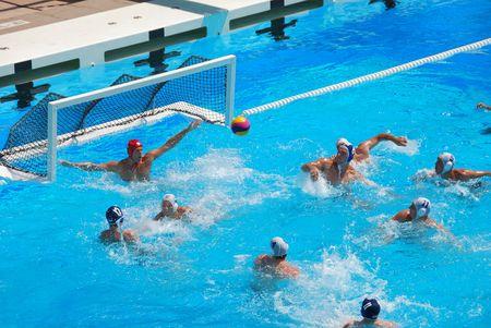 piscina olimpica: STANFORD, CALIFORNIA - el 7 de junio de 2009: Juego de waterpolo amistosa Estados Unidos: SERBIA en el centro acuático de Avery.