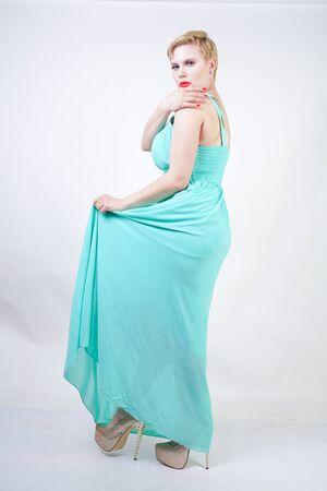 kurvige Plus Size Frau im langen mintblauen Kleid