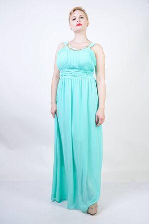 kurvige Plus Size Frau im langen mintblauen Kleid Standard-Bild