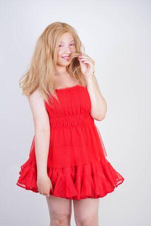 Mannequin asiatique grande taille en robe rouge Banque d'images