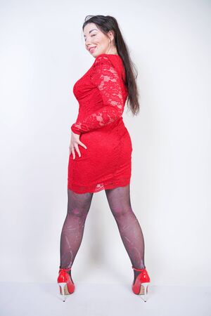 Portrait de modèle taille plus heureux et confiant en robe rouge Banque d'images