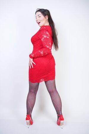 Portrait de modèle taille plus heureux et confiant en robe rouge