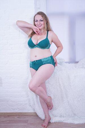 Plus tamaño mujer caucásica de mediana edad en lencería Foto de archivo