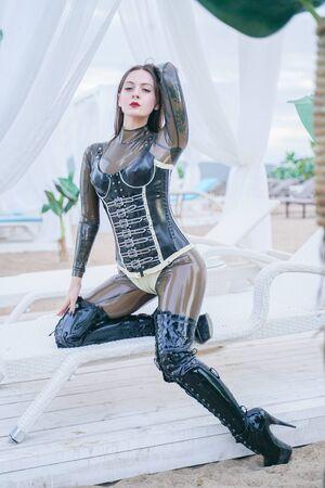 giovane donna in lattice indossare all'aperto sulla spiaggia