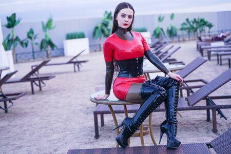moda elegante signora indossare abiti in gomma di lattice sulla spiaggia all'aperto