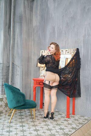 Jolie rétro pin-up près de la table pour le maquillage dans le dressing