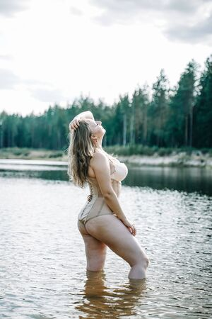 mujer de talla grande con figura curvilínea en lencería corsé. Caucásico xxl chica gordita quiere nadar.