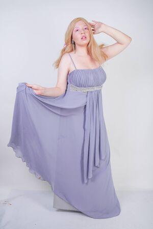 Junge Mix Race glückliche erwachsene Frau in einer grauen langen Shiffon-Abendkleidung