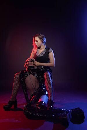 pareja de enamorados juega con luz de neón sobre fondo negro. mujer amante y su delgado esclavo anime en el estudio.