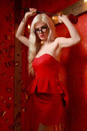 woman in red short fashion dress on red background in the studio Banque d'images - 133511128