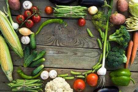 coliflor: Mezcla de verduras en un fondo de madera