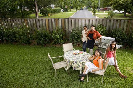 Interracial African American en Spaanse familie hebben achtertuin barbecue  Stockfoto